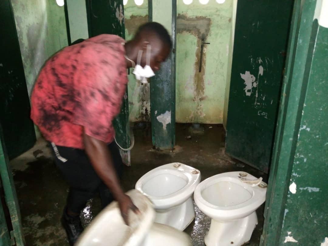 Le plombier répare des toilettes d'écoles primaires publiques à Cocody - FEDEC