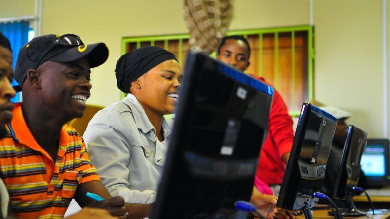 Jeunes africains devant un ordinateur - FEDEC